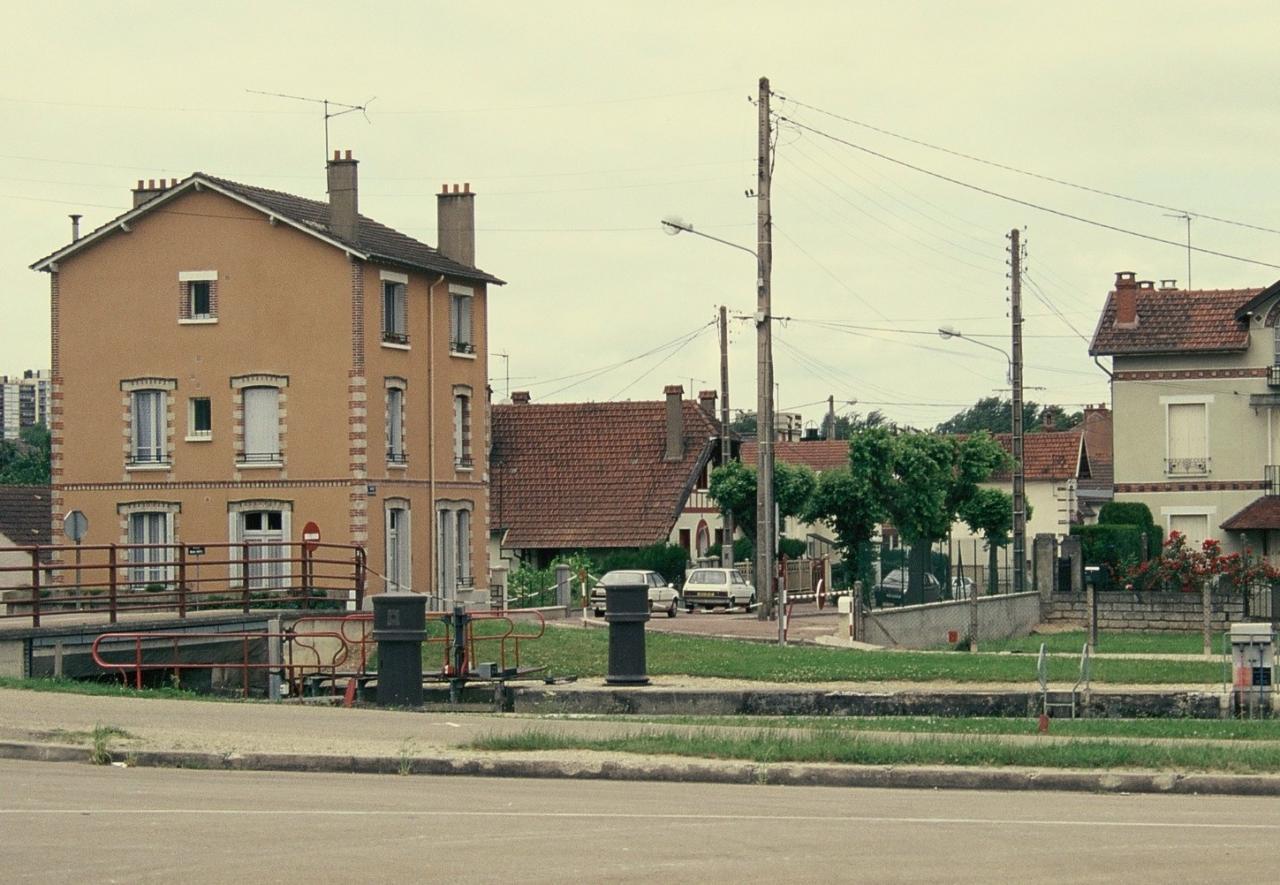 la rue J.J.Rousseau vue depuis l'écluse