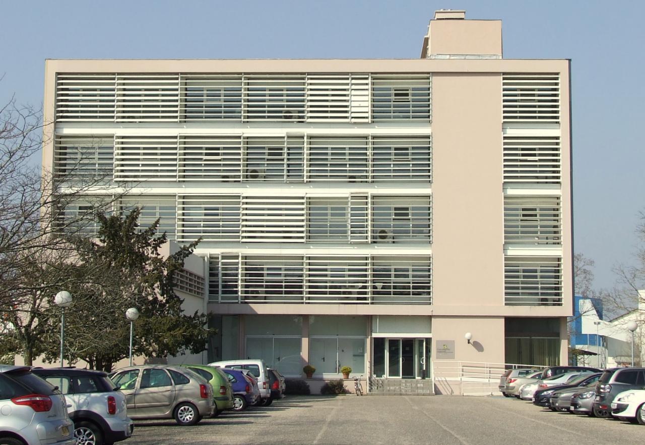 le bâtiment d'entreprises, c'est l'ancien siège Fayat