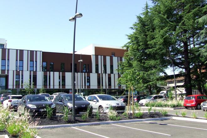L'entrée du nouvel hôpital et un parking