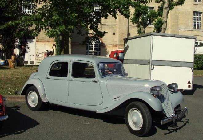 une exposition de voitures de collection