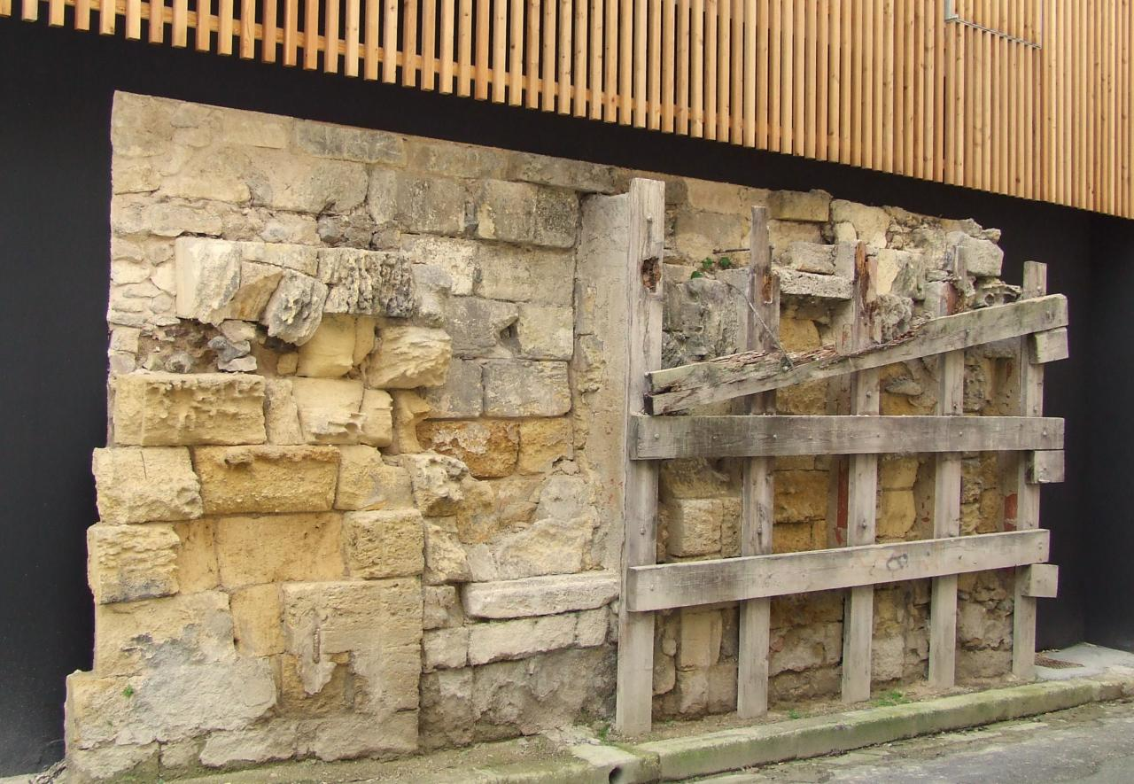 les anciens remparts sous un bâtiment