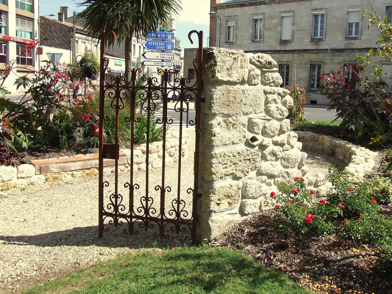 une murette en pierre, square du 15ème dragon