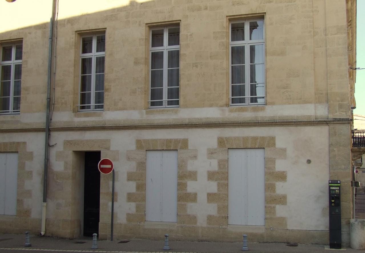 un bâtiment en pierre de taille.
