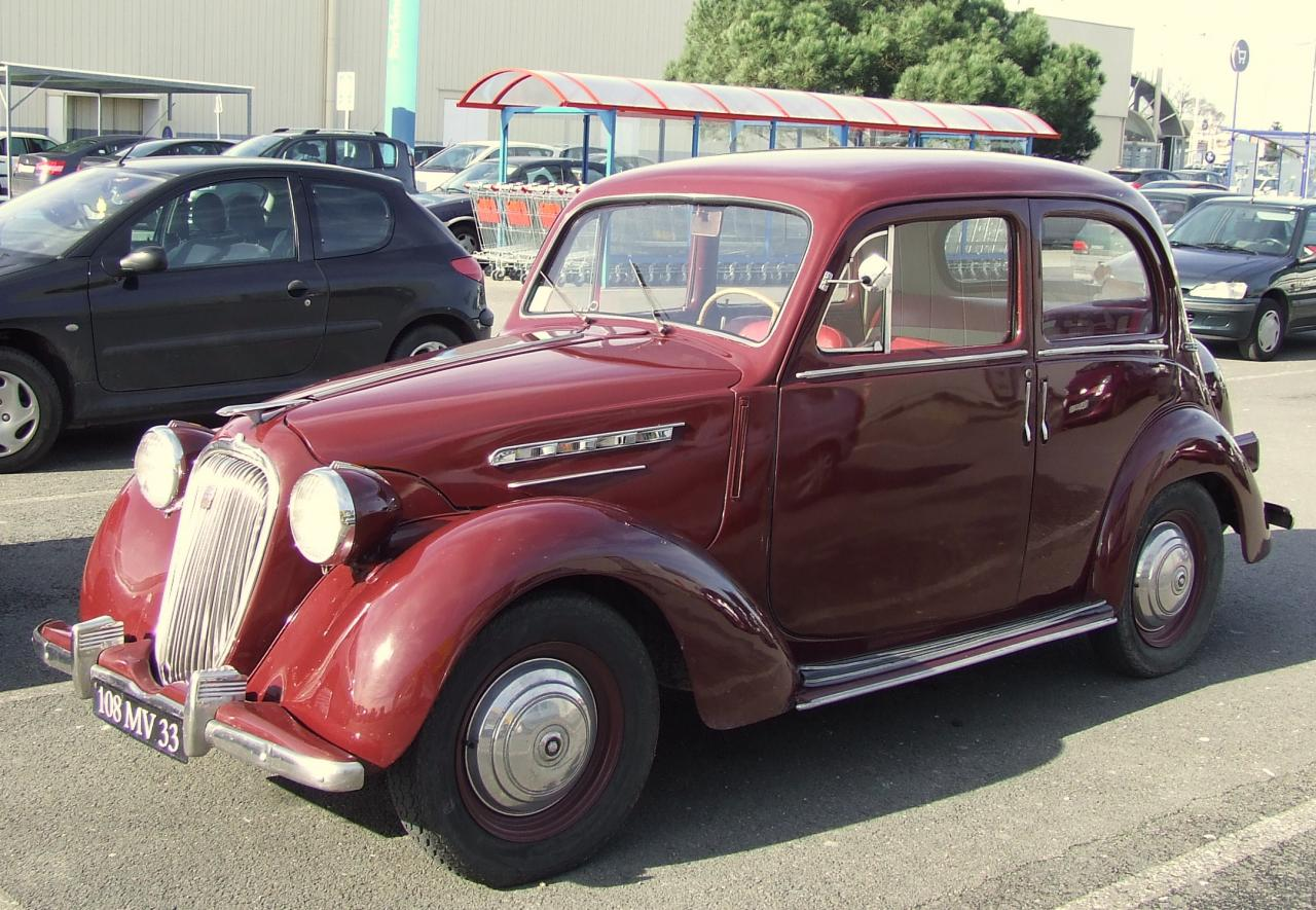 une voiture Simca 1950